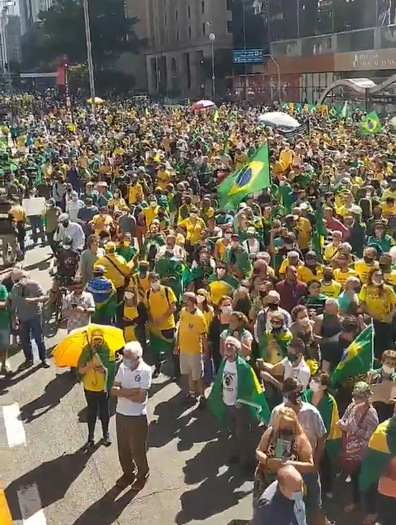 """O Brasil parou para mostrar apoio a Bolsonaro e joga um """"balde de água fria"""" na narrativa da oposição de falta de apoio popular"""