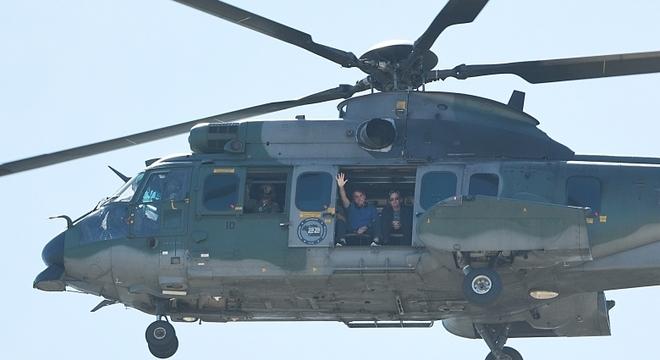 Bolsonaro sobrevoa de helicóptero a Esplanada, onde apoiadores fazem manifestação