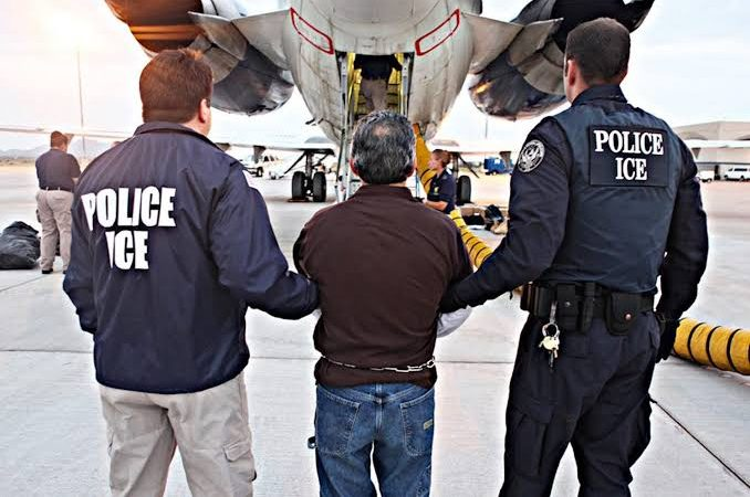 """Governo Biden é """"carrasco"""" com brasileiros ilegais e são deportados em condições desumanas"""