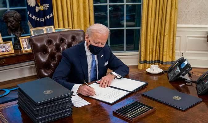 A favor da censura: Biden revoga ordem executiva de Trump e libera empresas de redes sociais para censurar perfis