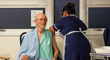 Morre William Shakespeare: TV argentina confunde morte de primeiro britânico vacinado com seu famoso homônimo