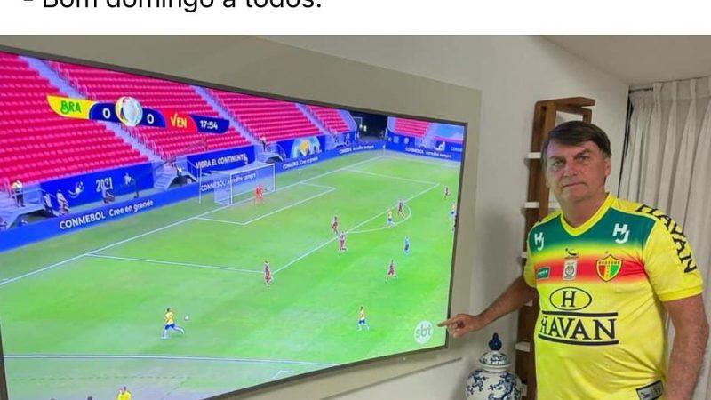 Bolsonaro cutuca Globo e posta foto apontando para logo do SBT em jogo do Brasil