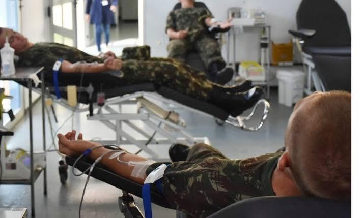 Militares doam sangue para reforçar hemocentros