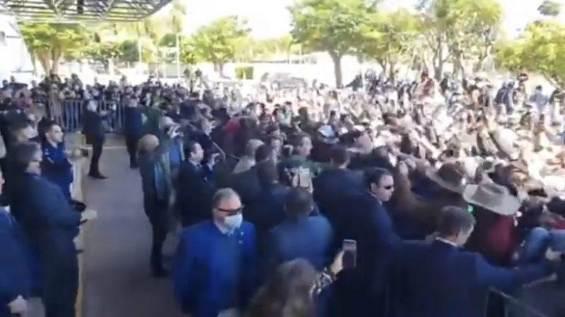 """VÍDEO: Bolsonaro é ovacionado por milhares de apoiadores no MS: """"Mito!"""""""