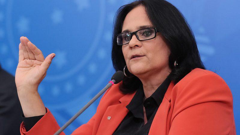 """Ministra Damares repudia caso de menina grávida com 11 anos, """"Vamos relativizar a pedofilia?"""""""