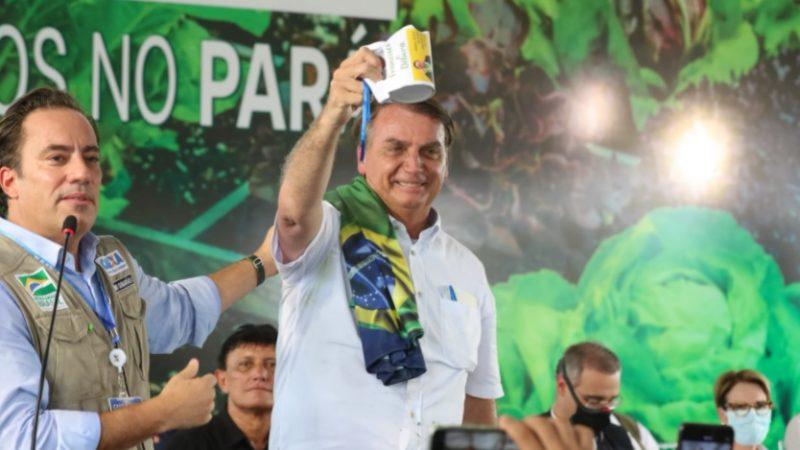 """""""Ganhar uma camisa passou a ser uma peça de acusação de campanha antecipada"""", ironiza Bolsonaro"""