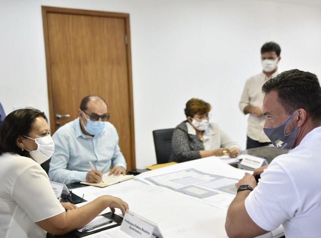 Senador Styvenson Valentim faz afago a Fátima Bezerra e a visita na Governadoria