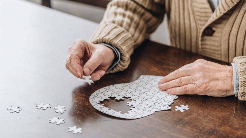 Remédio novo para Alzheimer: entenda como funciona e quando chega ao país