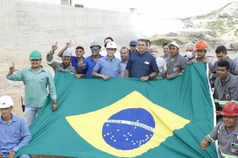 """""""Não é L de Lula, é arminha"""", diz trabalhador em foto com Bolsonaro no RN"""