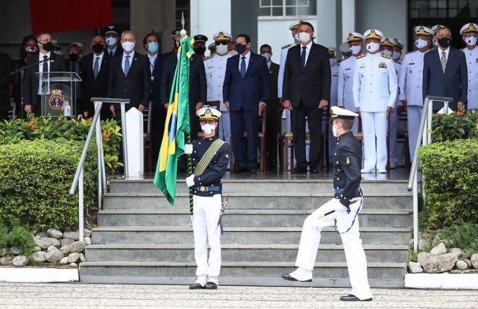 Bolsonaro participa da entrega de espadins na Escola Naval, no Rio
