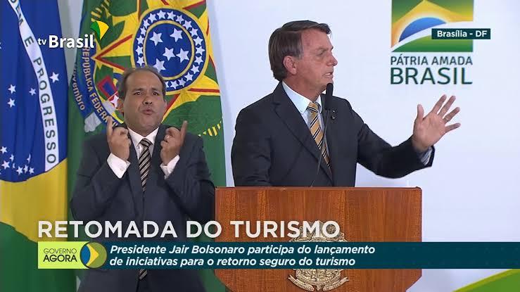 Ministério da Saúde deve seguir EUA e quem já se vacinou ou teve covid não precisará usar máscara, disse Bolsonaro