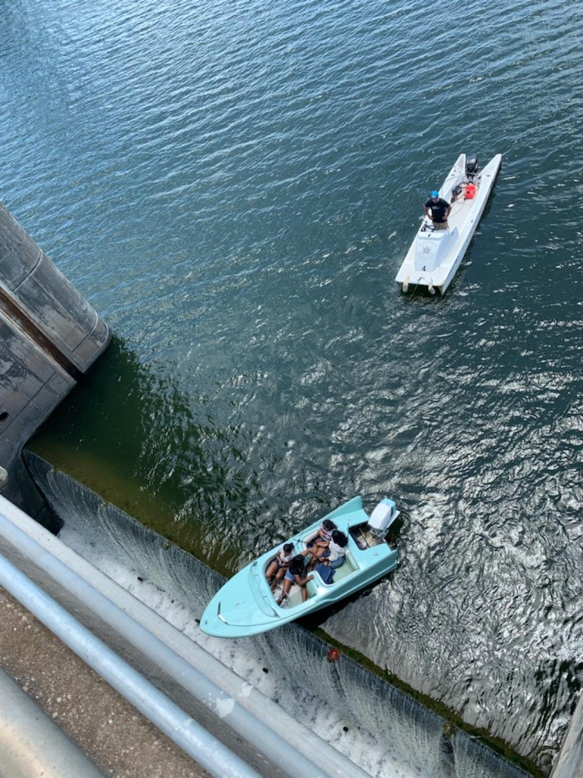 INCRÍVEL: Barco com 4 jovens fica preso e quase tomba em represa; Veja imagem