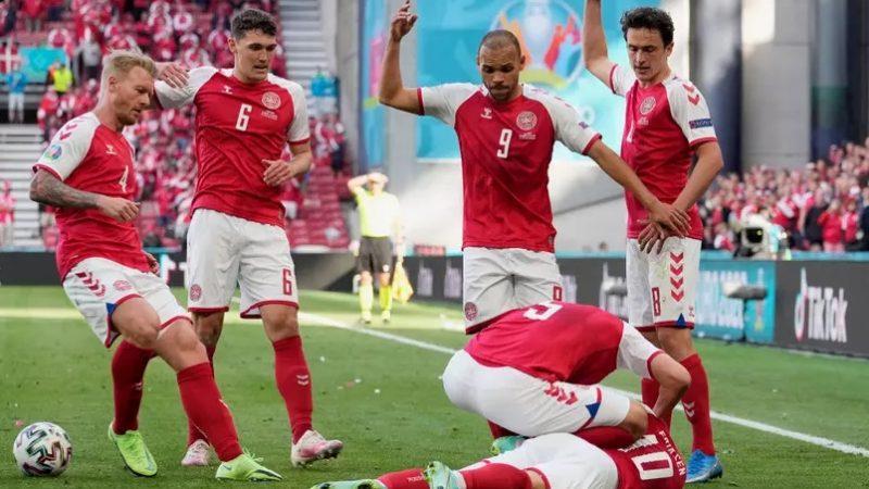 Jogador da Dinamarca desmaia em partida pela Eurocopa e precisa ser reanimado