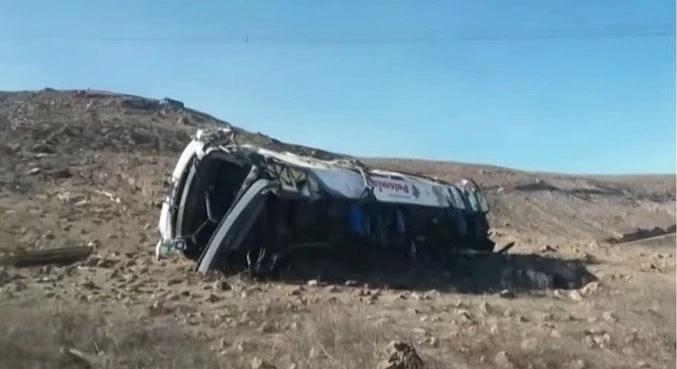 Ônibus cai de penhasco no Peru e deixa 27 trabalhadores mortos