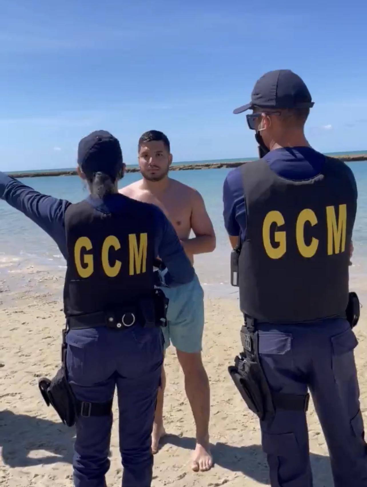 Guarda Municipal cearense não aceita banho de mar de Deputado e ele diz que tem o Direito de ir e vir e volta pra água, VEJA VÍDEO