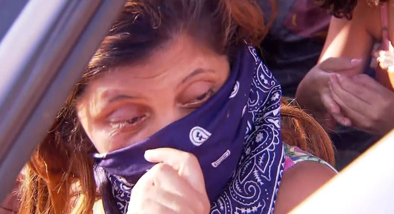 Grávida dorme em carro perto da polícia com medo de Lázaro
