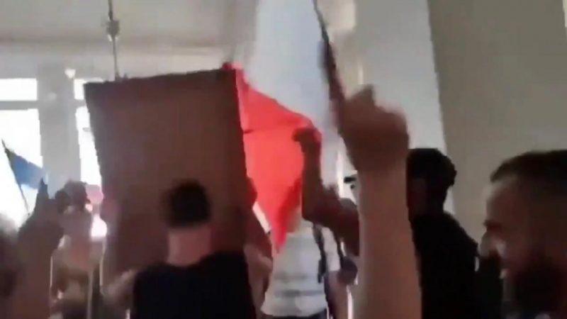Urgente: manifestantes entram na prefeitura de Paris e arrancam foto de Macron da parede, VEJA VÍDEO