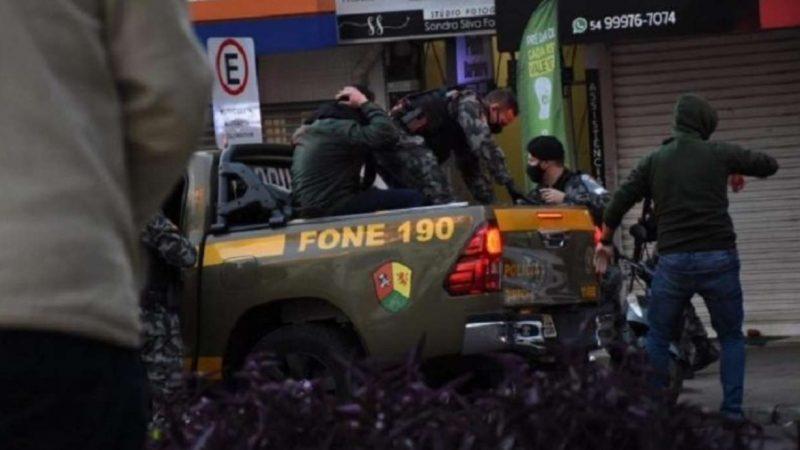 Polícia é aplaudida pelo povo após impedir assalto a uma joalheria, VEJA VÍDEO