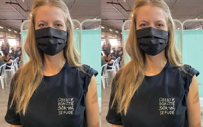 Gabriela Prioli usa camiseta com xingamento a Bolsonaro ao tomar vacina
