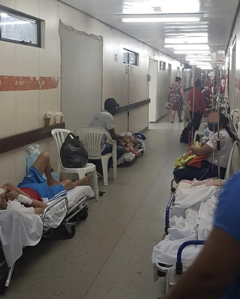 ABSURDO: Imagens mostram maior hospital público do RN em estado de abandono e pacientes espalhados pelo chão