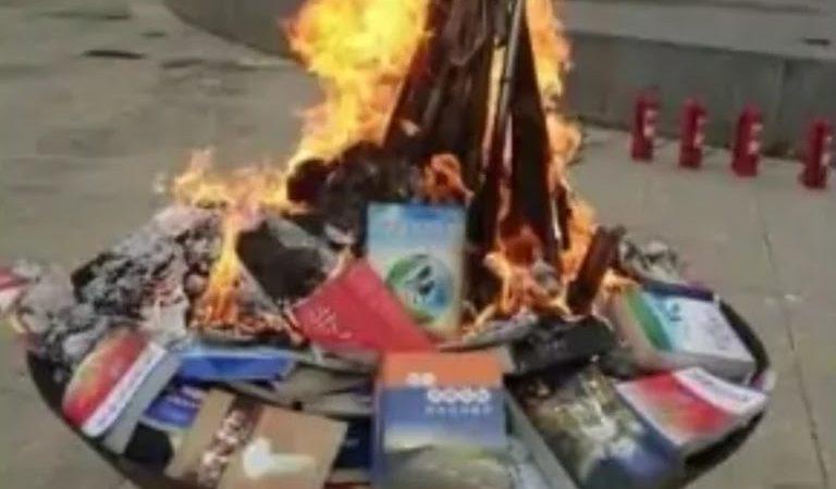 """Livros religiosos são queimados publicamente na China: """"Para educar massas"""""""