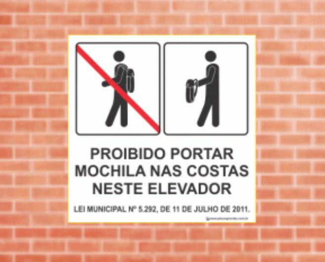 Lei proíbe uso de mochila nas costas dentro de elevadores