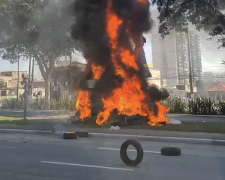 Terrorismo: Vejam o momento em que vândalos ateiam fogo na estátua do Bandeirante Borba Gato, VEJA VÍDEOS