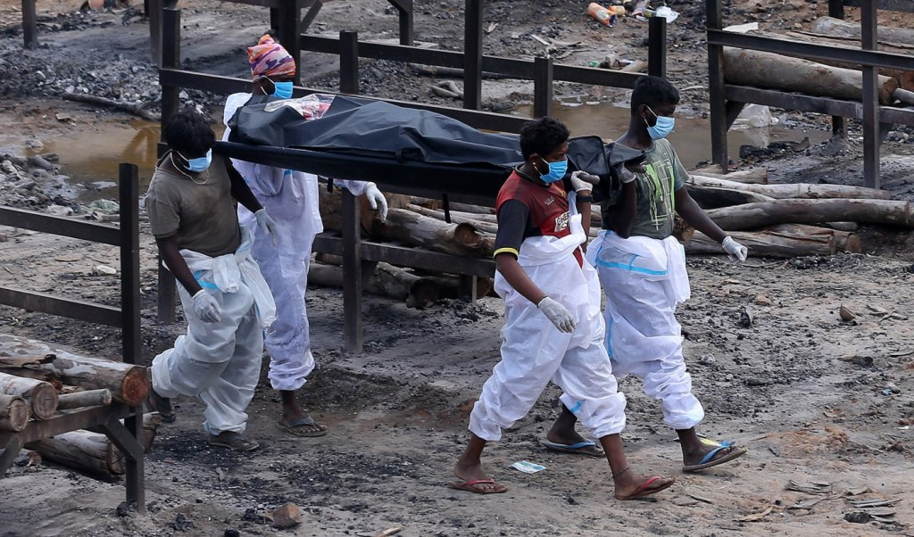 Número de mortes por Covid-19 na Índia é dez vezes maior do que balanço oficial, diz estudo