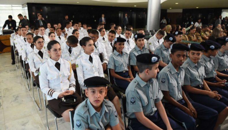 Maioria das escolas que aderiu ao modelo cívico-militar reduziram violência e faltas