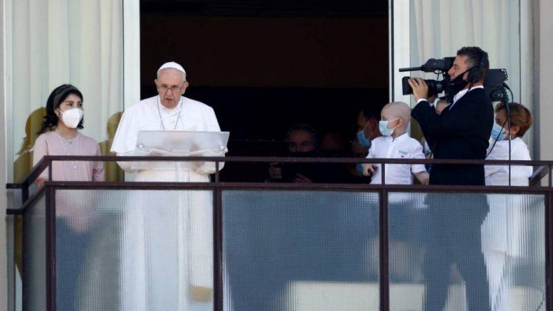 Papa Francisco aparece em público pela primeira vez desde a cirurgia e celebra missa da varanda do hospital