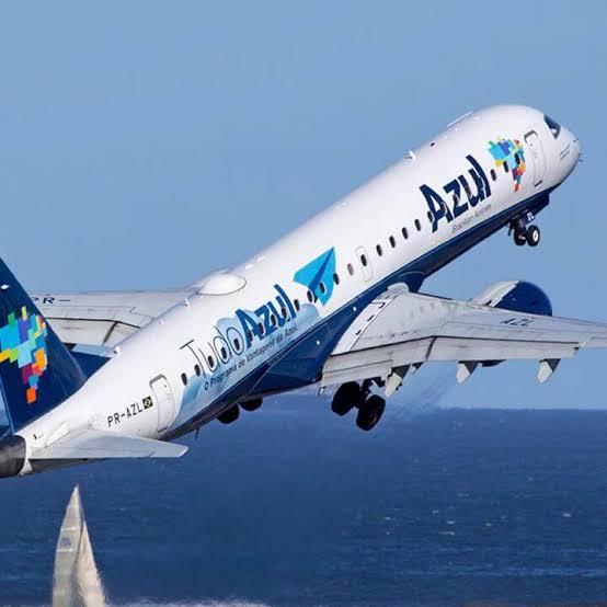 """A companhia aérea Azul, diz a CPI que puniu piloto que """"deixou"""" Bolsonaro subir em aeronave"""