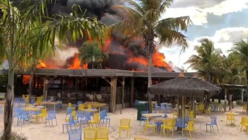 Resort de luxo é esvaziado após incêndio, VEJA VÍDEO