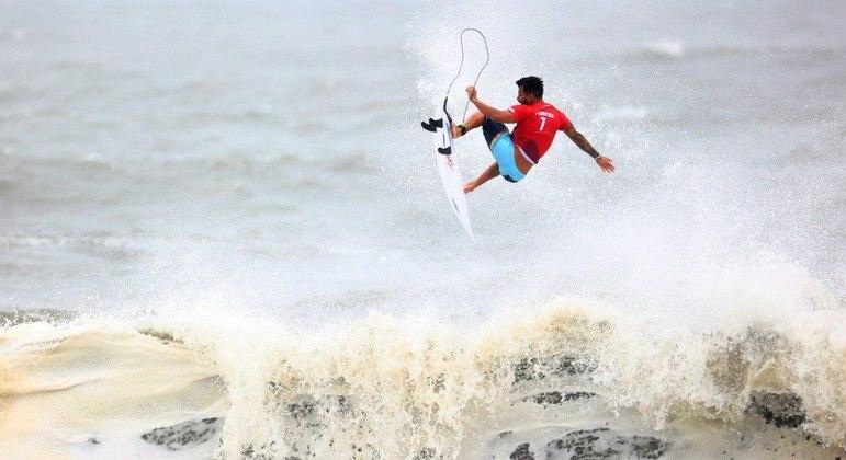 Italo Ferreira brilha, avança para semifinal e Brasil garante medalha no surfe