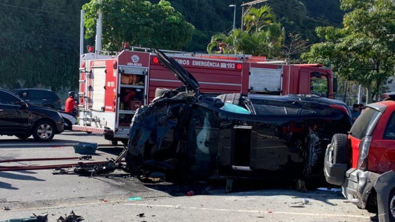Motorista morre após perder controle de carro de luxo, atingir 6 veículos estacionados e capotar no litoral de SP; Veja Imagens