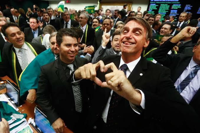 """A PEC não foi aprovada, mas Bolsonaro saiu gigante da disputa: """"Bolsonaro teve votos em partidos de Freixo e Molon, Doria, Kassab e até no PDT"""", veja a lista"""