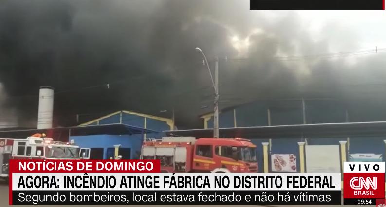 Incêndio causa colapso de estrutura de fábrica de sandálias em Brasília , VEJA VÍDEO