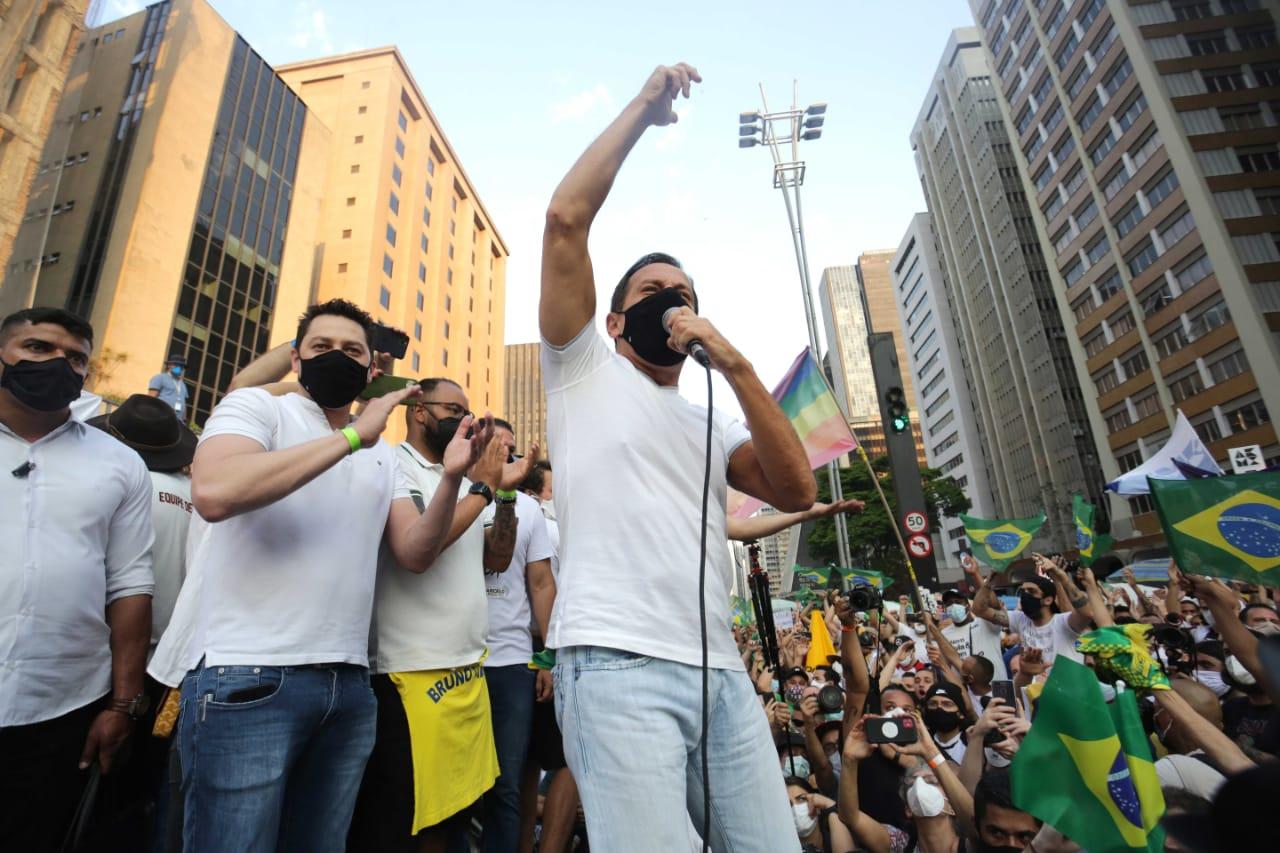 Sob gritos de 'olê olê, vamos tirar o Bolsonaro do poder', Doria dança em ato do MBL na Avenida Paulista