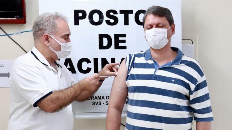 Queiroga aplica vacina contra covid em Tarcísio de Freitas