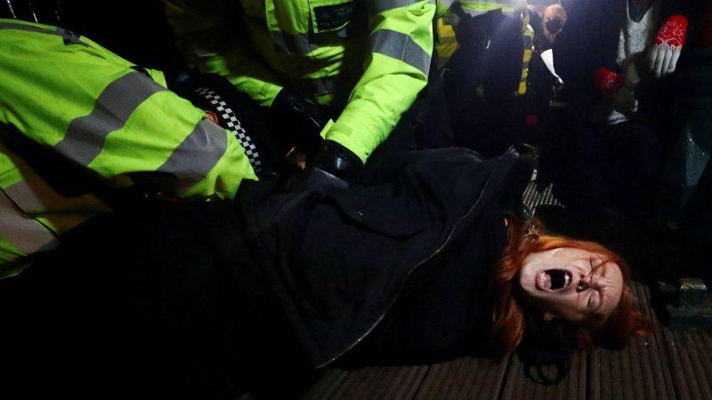 Casos de mulheres que recebem picadas de drogas geram medo no Reino Unido
