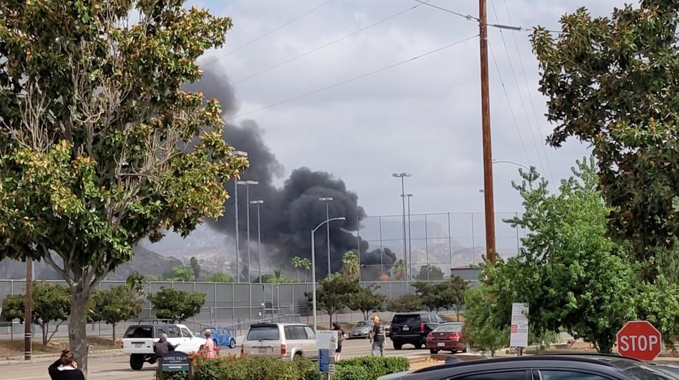 Queda de avião provoca mortes e incêndio em duas casas na Califórnia