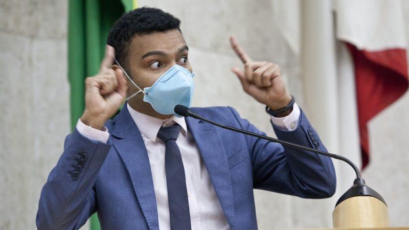 Assessor do PSOL chamou Fernando Holiday de 'pretinho de merda'; Câmara apura se houve injúria racial