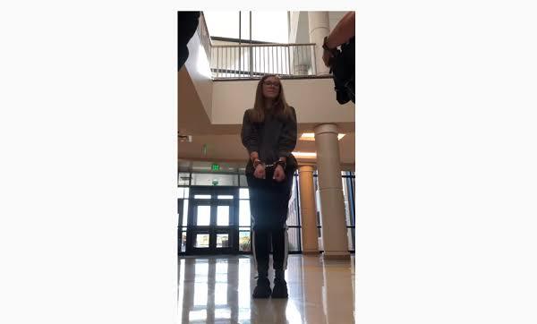 ABSURDO: Adolescente é presa após se recusar a usar máscara na escola; VEJA VÍDEO