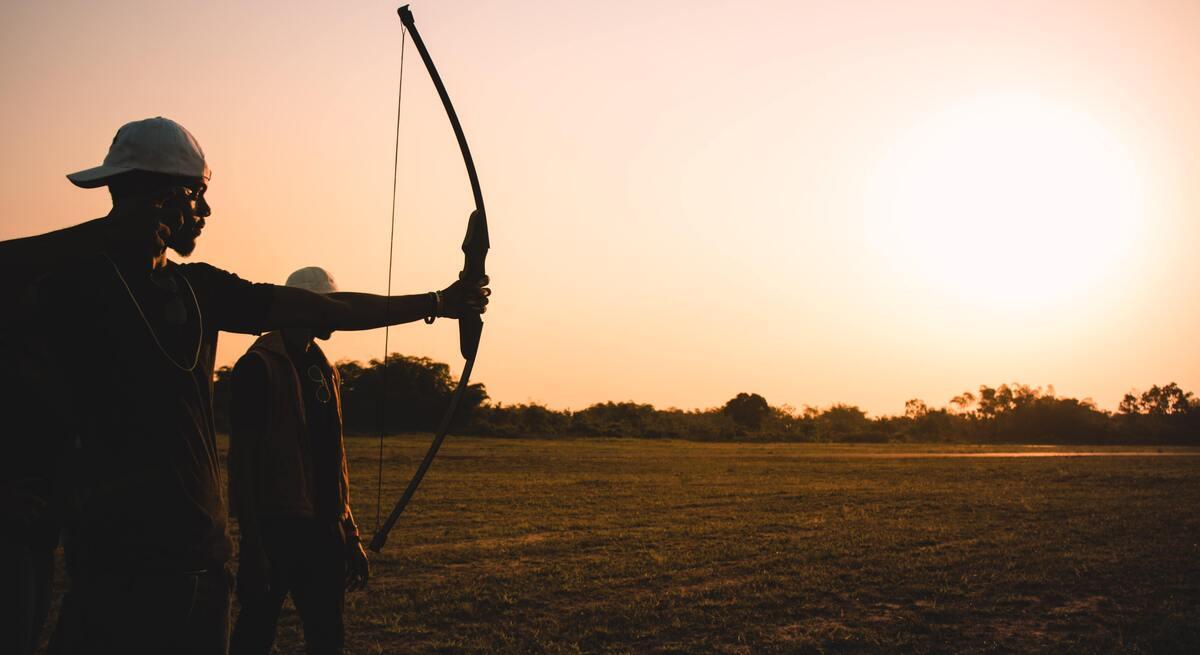 Várias pessoas são mortas por homem com arco e flecha