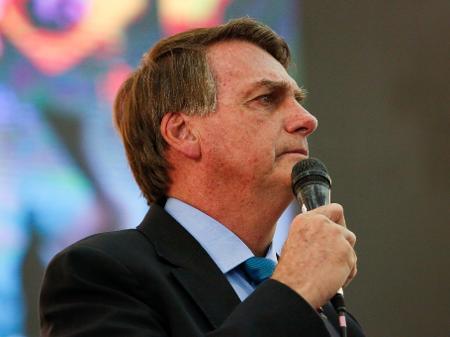 """Urgente: Bolsonaro determina que seja distribuído absorventes pra mulheres necessitadas: """"PT queria tirar das vacinas e do SUS, vamos fazer da forma correta"""""""