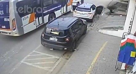 Motorista de ônibus bate em carro e impede sequestro em SP; VEJA VÍDEO