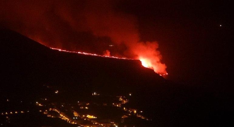 Vulcão Cumbre: Casal se refugia em barco para escapar de lava nas Ilhas Canárias